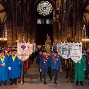 Strasbourg : cortège des Confréries viniques d'Alsace