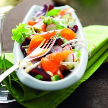 Méli-mélo de salade à la truite fumée