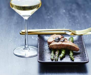 Foie gras poêlé, asperges vertes et truffes noires